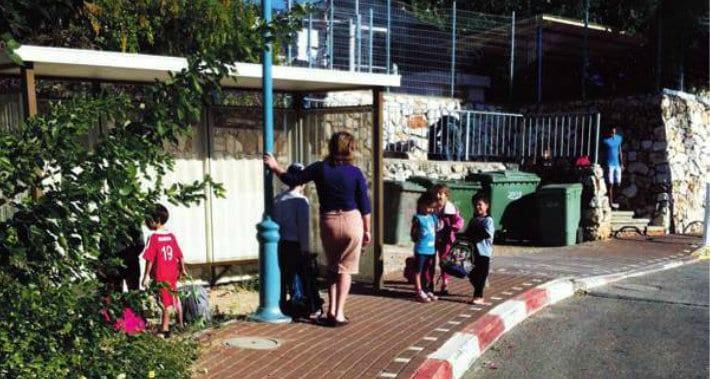 תחנת ההסעה ברחוב הרב מימון (צילום: תושבת שלומי)