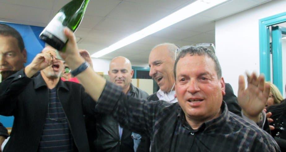 יורם ישראלי חוגג את נצחונו (צילום: תאיר פז)