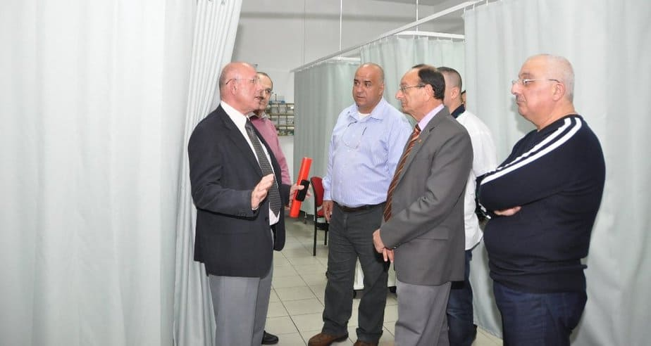 עדי אלדר בביקור במרפאת כללית בעיר (צילום: דוברות)