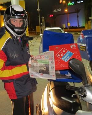 """הפיצה והעיתון בדרך אליכם. קריאה מהנה ובתיאבון! (צילום: יח""""צ)"""
