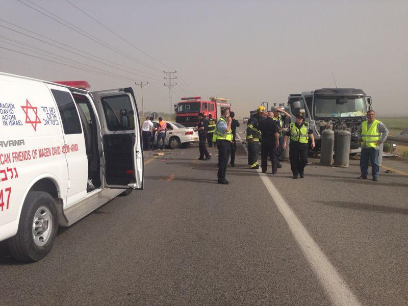 """תאונת דרכים בכביש 71 מבית שאן לכיוון בית השיטה (צילום דוברות מד""""א)"""