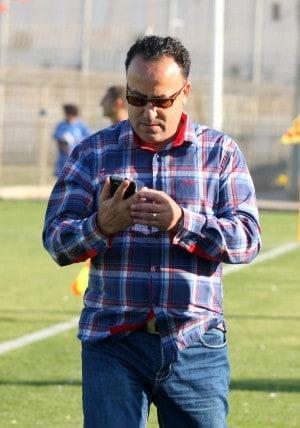"""מצא מאמן. יו""""ר בית""""ר נהריה ניסים אלפסי קורא את הודעת הטקסט בטלפון    (צילום: אדריאן הרבשטיין)"""