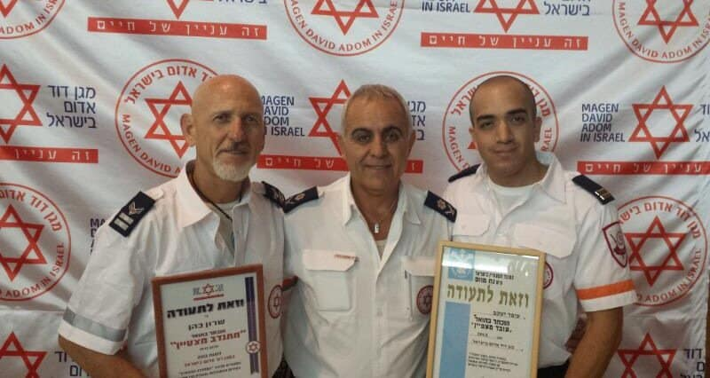 """עופר יעקב (מימין), מנהל מרחב כרמל שמעון ביטון, ושרון כהן (משמאל) (צילום: דוברות מד""""א)"""