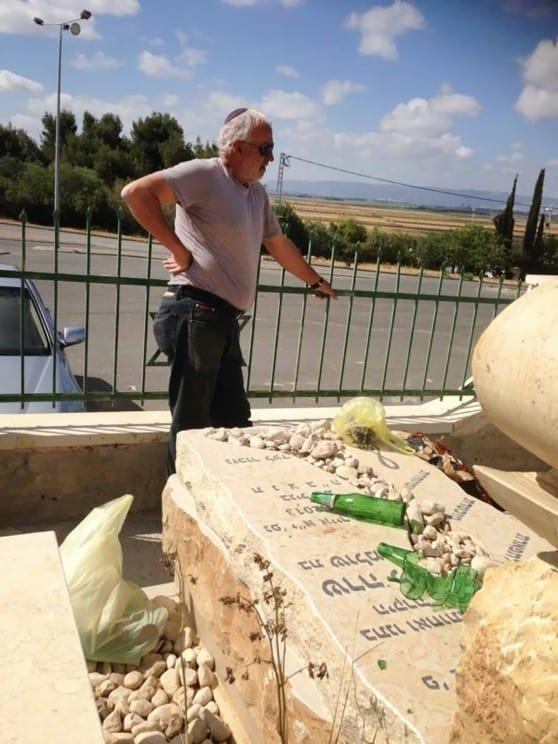 שברי בקבוקי בירה על הקבר צילום: אושרי כהן
