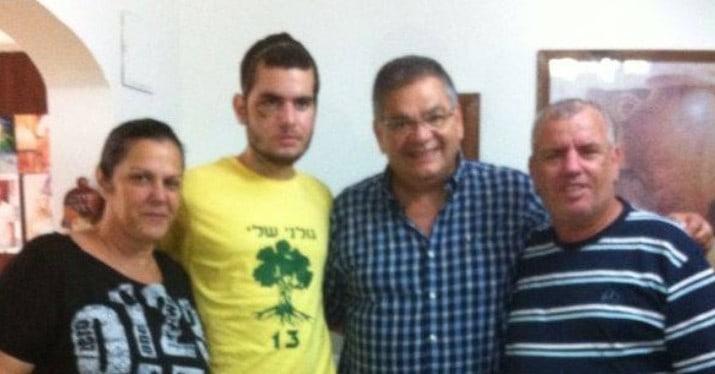 רן אבוטבול עם בני משפחתו ואלי ברדה (צילום עצמי)