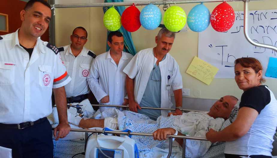 """יוסף גאנם וצוות הרופאים במחלקה (צילום: דוברות בי""""ח צפת)"""