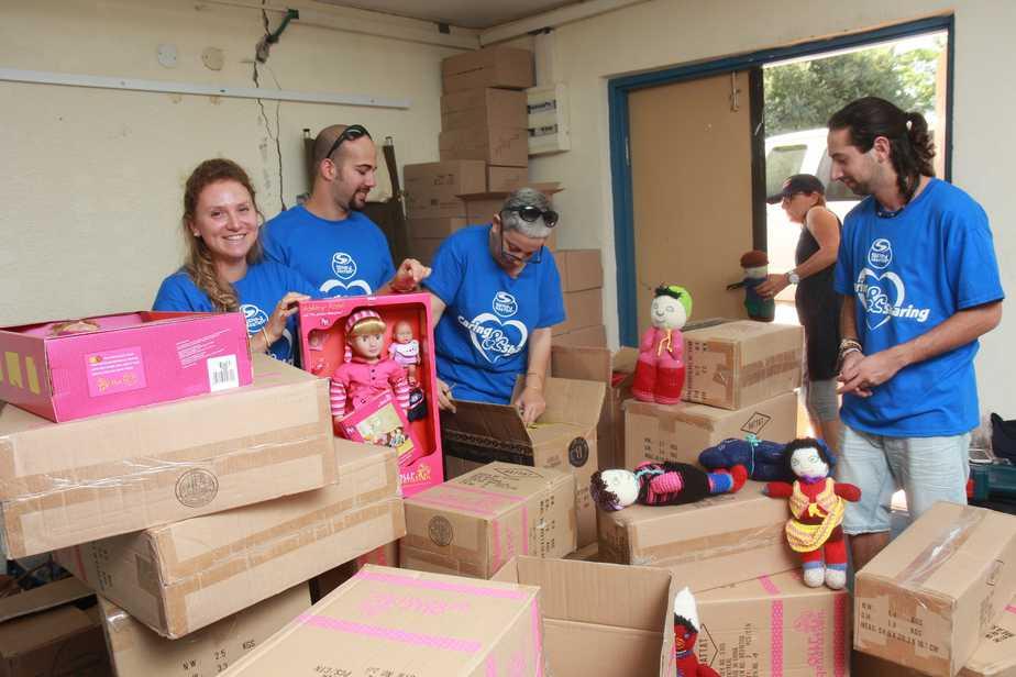 מתנדבים עוסקים בשינוע הצעצועים צילום: טל שרייבר