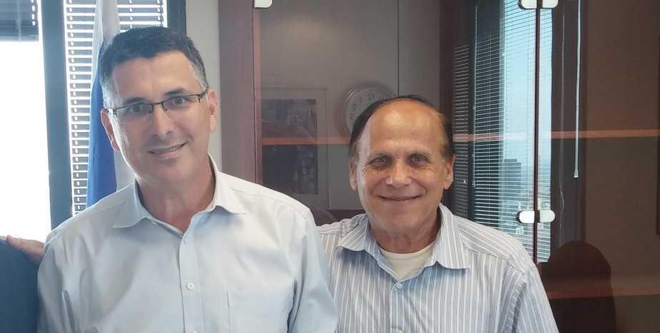 החלטה שערורייתית. אבי פלדמן ושר הפנים גדעון סער צילום: פרטי