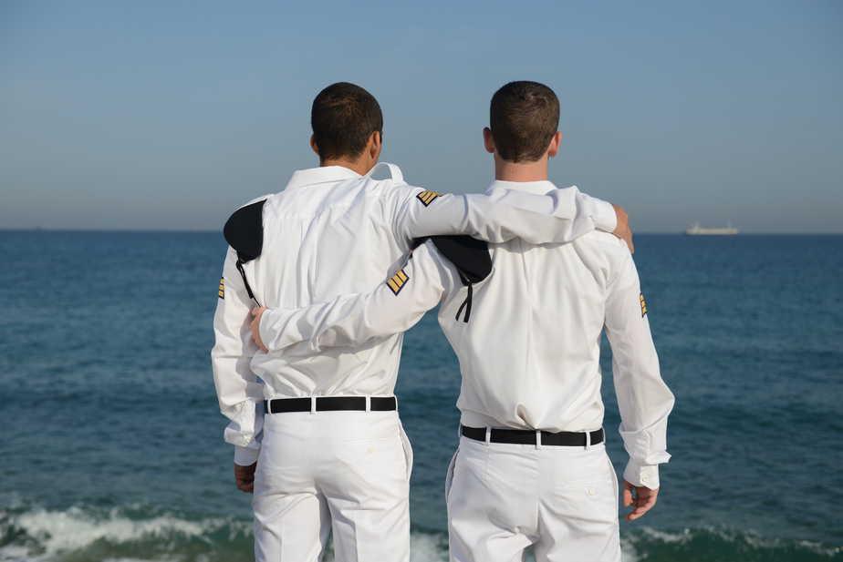 """הקורס מכשיר גם לאחריות. סמל נ' וסמל י', שניהם ממשגב צילום: דובר צה""""ל"""