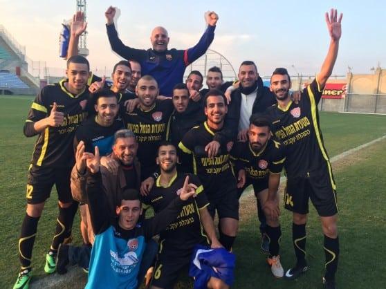 קבוצה שמחה. מאמן אחי עכו קיסר חדאד, חוגג עם שחקניו     (צילום: עבדאללה הינדאוי)
