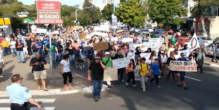 אנשי עמותה ירוקה מפגינים (צילום באדיבות העמותה)