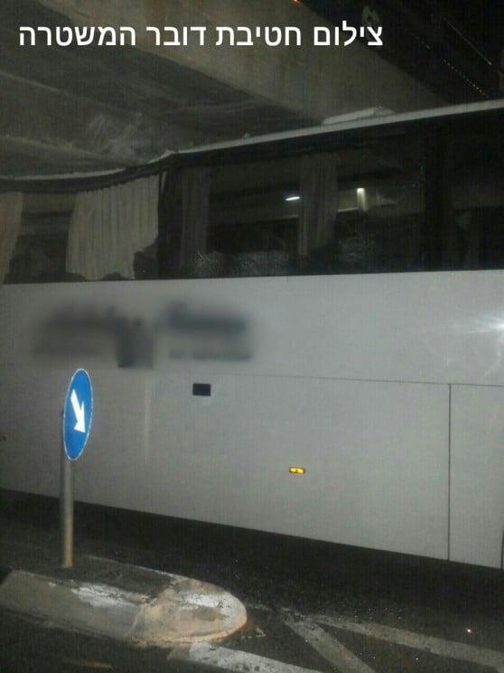 אוטובוס נתקע בגשר (צילום: חטיבת דוברות המשטרה)