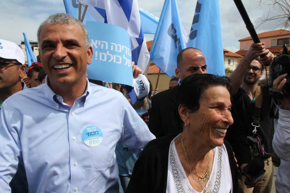היא האוצר האמיתי. כחלון משבח את אימו ביום הבחירות (צילום: שלומי גבאי)