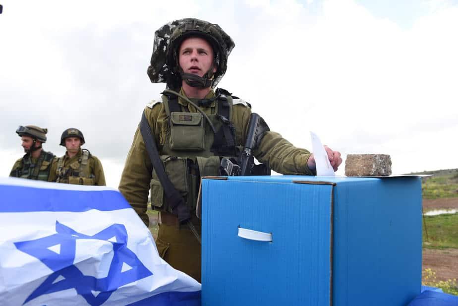 """חיילים מצביעים בקלפי (צילום: דו""""צ)"""