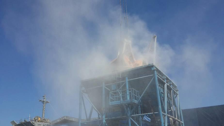 ענן אבק בעת פריקה בנמל חיפה (צילום: איה הכט המשרד להגנת הסביבה)
