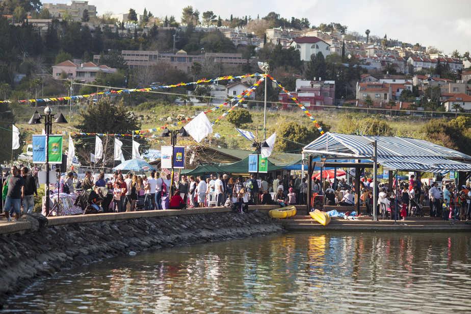 מבלים בפסטיבל הפיסול אבן בגליל (צילום: רועי שפרניק)