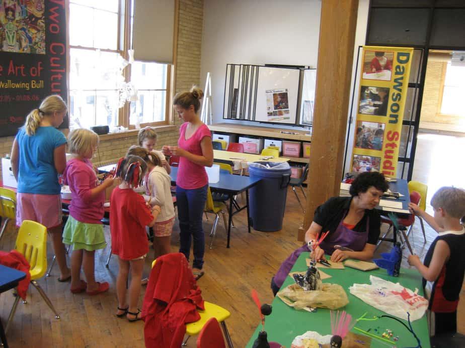 אפשר גם בזול וטוב. קייטנה (צילום: Kris Kerzman . מתפרסם לפי רישיון CC BY 2.0 דרך ויקישיתוף - https://commons.wikimedia.org/wiki/File:August_Summer_Art_Camp.jpg#/media/File:August_Summer_Art_Camp.jpg לפי רישיון CC BY 2.0 דרך ויקישיתוף - https://commons.wikimedia.org/wiki/File:August_Summer_Art_Camp.jpg#/media/File:August_Summer_Art_Camp.jpg