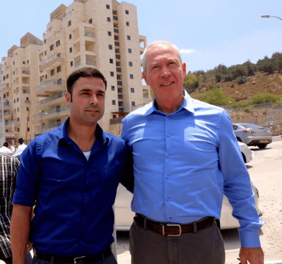 מימין שר הבינוי יואב גלנט, משמאל ראש עיריית נצרת עילית נתנאל טויטו בסיור בעיר.