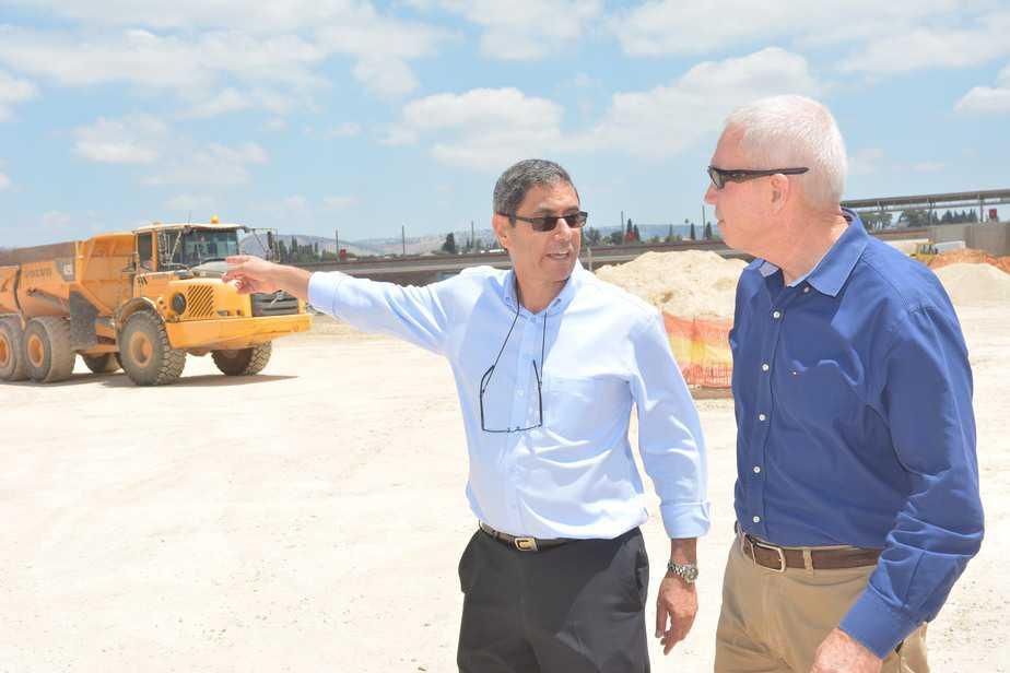 שר הבינוי יואב גלנט וראש העיר עפולה יצחק מירון.