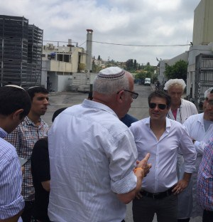 השר אריאל בשיחה עם הנהלת המפעל בשטח המשחטה בזוגלובק (צילום: עצמי)