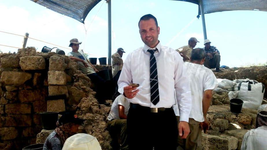 """עו""""ד צפריר ביטון עם ממצא מאתר החפירות בקיסריה (צילום באדיבות העירייה)"""