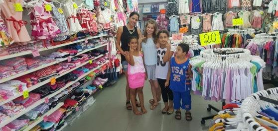 בממלכת הילדים יוצאים מרוצים. רויטל והלקוחות הקטנות  (צילום: עצמי)