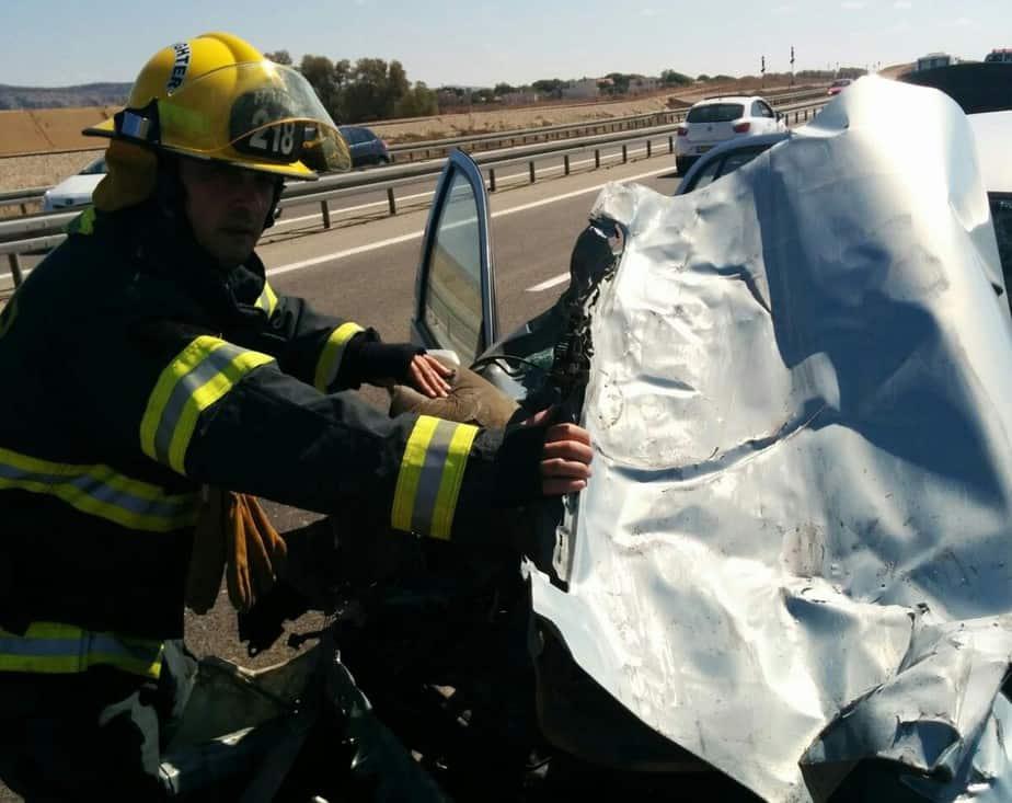 חילוץ האשה. תאונה בכביש החוף (צילום: כיבוי אש מחוז חוף)