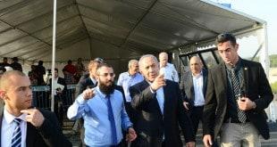 """ראש הממשלה בנימין נתניהו בסיור בצפון העיר חריש. קרדיט צילום: קובי גדעון, לע""""מ"""