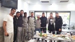 שחקני מכבי חיפה במסעדה של יגאל קבב (צילום: עצמי)