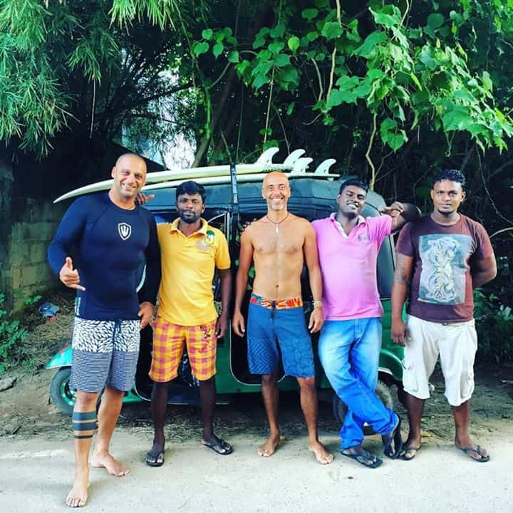 תופסים גלים. רפי ימין וחברים בסרי לנקה (צילום: פרטי)