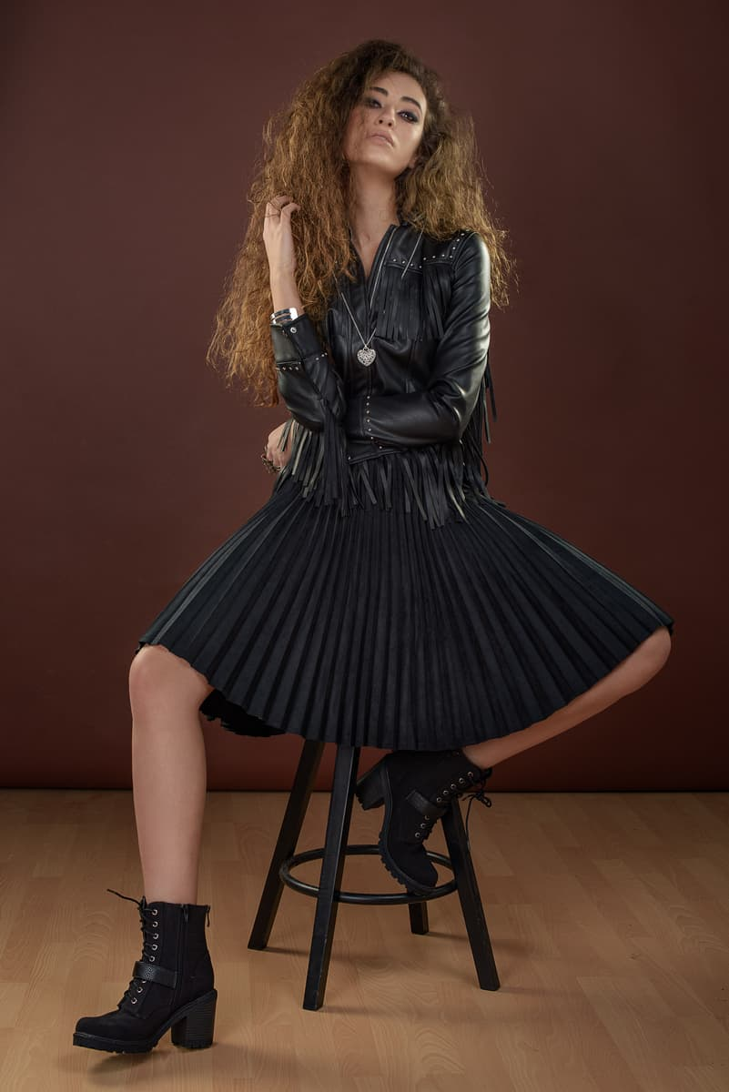 חצאית פליסה: פול אנד בר | ז'קט: ברשקה | נעליים: קסטרו | שרשרת: אקססוריז |טבעות: ברשקה | צמיד: קסטרו