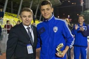 אריאל מסיקה עם נציג ההתאחדות הרוסית ולדימיר נסצ'אנוב (צילום: באדיבות מכבי נתניה)