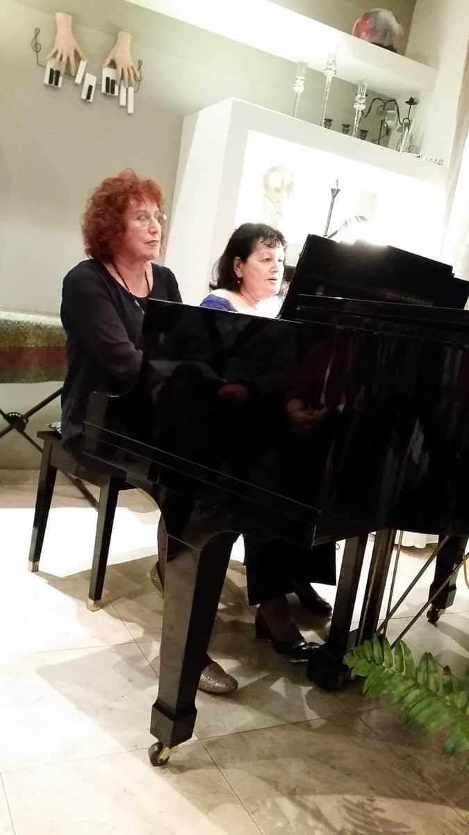 בארבע ידיים. ברברה קוייבסקי והדסה זוהר (צילום: רותי ברמן)