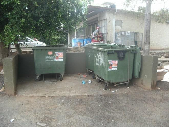 פחים פתוחים אחרי איסוף האשפה השבוע (צילום: נירית שפאץ)