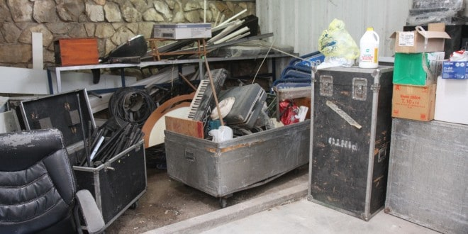 הציוד הזרוק בתוך המחסן (צילום: עצמי)