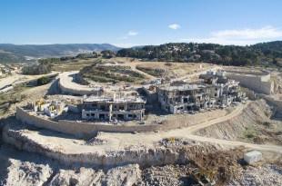 בשבועות הקרובים תיפתח דירה לדוגמה. הבנייה בשטח (צילום: אייל כץ)