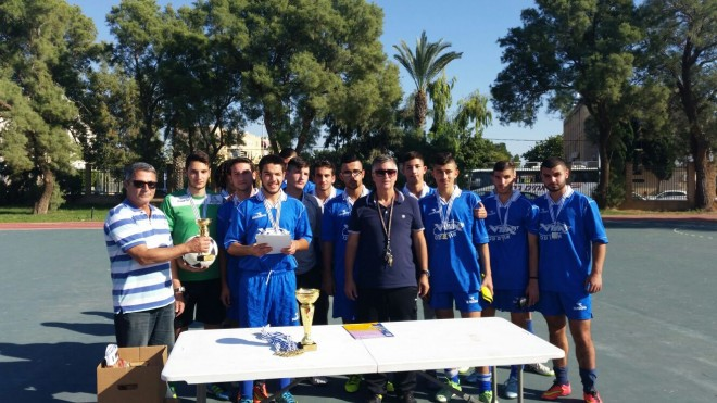 נבחרת הקטרגל של אורט עכו עם גביע אליפות מחוז צפון (צילום: אורט עכו)