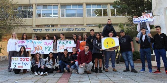 אל תקחו לנו את הבית. תלמידי סדנאות מפגינים מול המועצה השבוע. משמאל, הגר פרי יגור (צילום: דן אהרון)