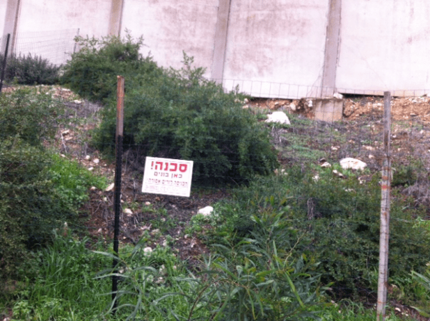 קטע מהחומה שעלולה לקרוס (צילום יצחק סולומון)