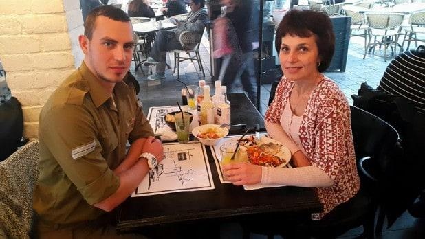 """רב""""ט איגור פטנב ואימו ילנה (צילום: עצמי)"""