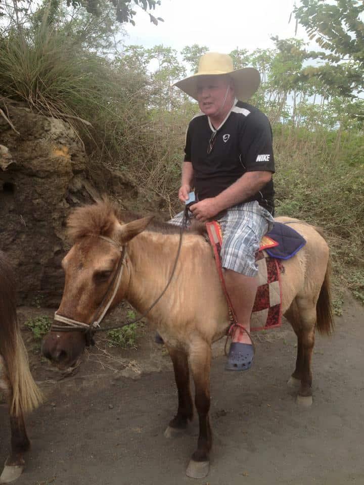 עלה על חמור. אבי נוימן בפיליפינים (צילום: פרטי)