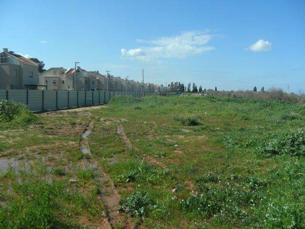 כאן יגורו עוד 96 משפחות. השטח לבנייה (צילום: נירית שפאץ)