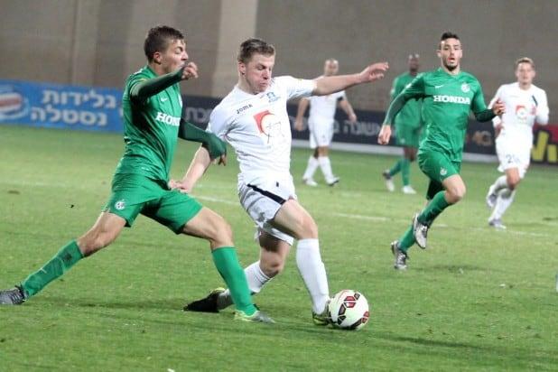 הופעת בכורה. החלוץ הבלגי דילן סייס במאבק מול שחקן מכבי חיפה (צילום: אדריאן הרבשטיין)