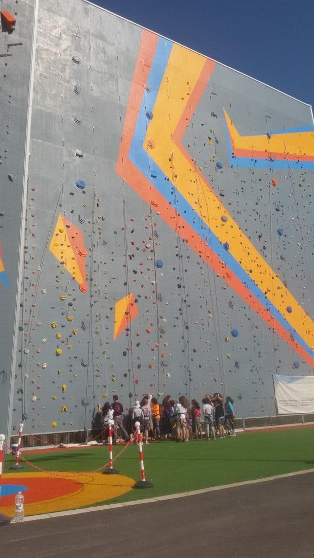 נהנים בקיר הטיפוס בפארק האקסטרים בעכו  (צילום: חן דרור)