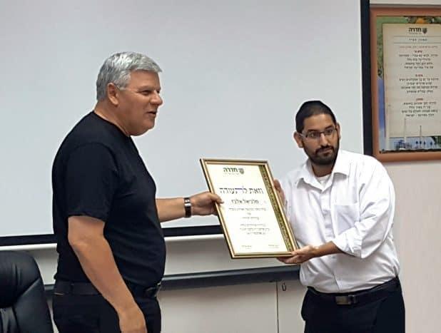מלכיאל אלבז עם ראש העיר גנדלמן. צילום פרטי