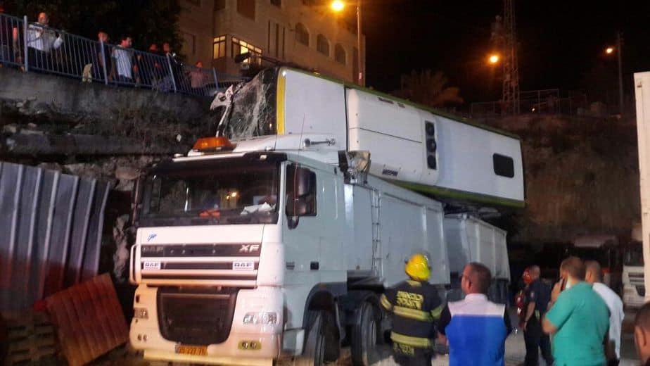 אוטובוס התהפך על משאית בנצרת