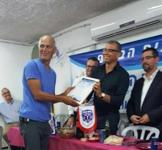 ראש העיר מעניק לאחיו (צילום עצמי)