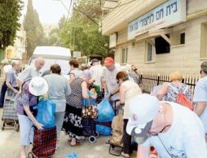 לתרום לנזקקים   חלוקת מזון לנזקקים (צילום: יח