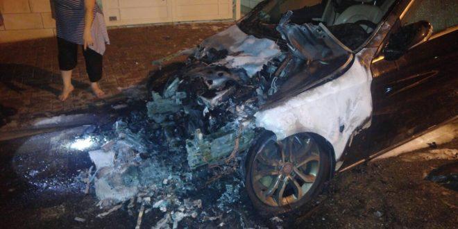 רכב היוקרה שעלה באש. צילום: כבאות מחוז חוף