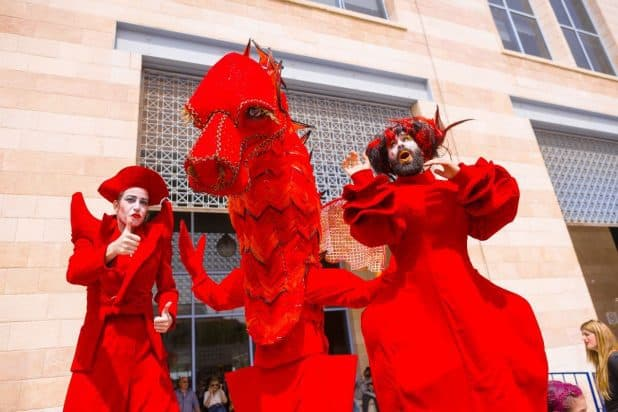 """תיאטרון רחוב, """"הלהקה האדומה"""" צילום: אביעד ויצמן"""